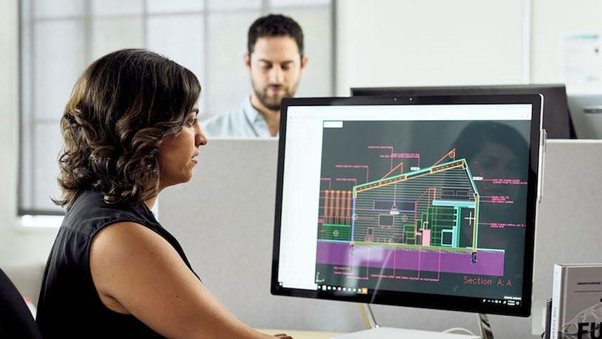 femme utilisant AutoCAD sur un ordinateur de bureau