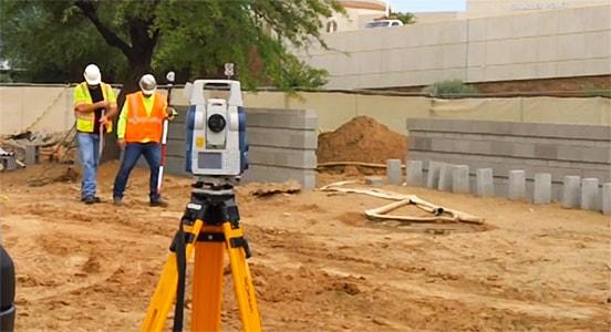 Trabalhadores em construção usando programa Point Layout para melhorar o processo de layout de campo