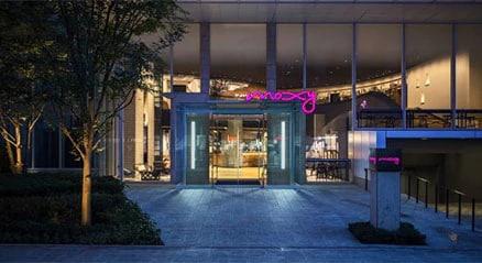 Gläserner Eingang zum Moxy-Hotel