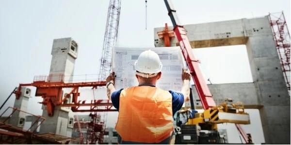 Trabajador de la construcción consultando un cianotipo