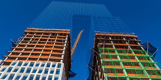 2 つのタワーで構成される建設中の高層ビルの 3D モデルを見上げた図