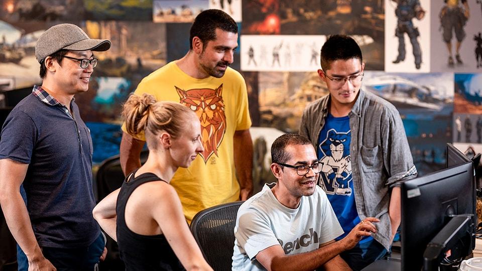 Equipa de programadores da Splash Damage durante uma reunião de revisão do jogo