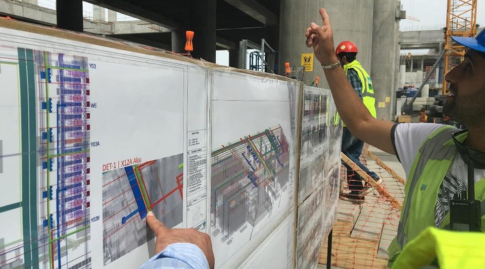 Mühendisler şantiyede İstanbul Yeni Havalimanı modelini gözden geçiriyor. Kaynak: IGA.