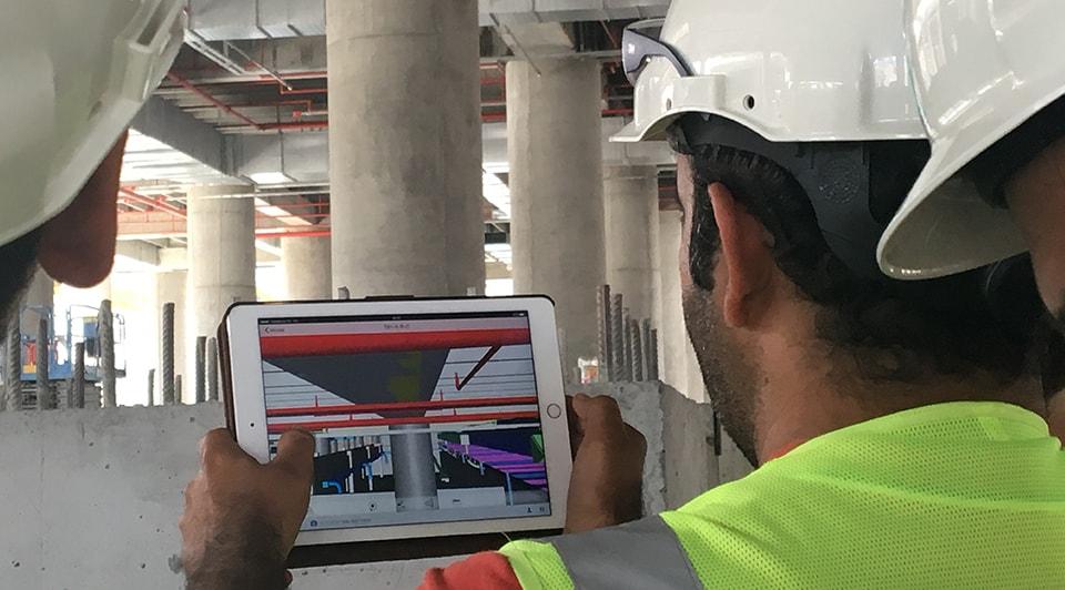 Mühendisler İstanbul Yeni Havalimanı şantiyesinde BIM modelini iPad üzerinde gözden geçiriyor. Kaynak: IGA.