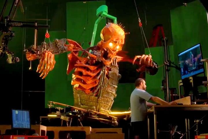 Animator używa komputera do sterowania ruchami wielkiej kukły-szkieletu. Obraz za zgodą firmy LAIKA.