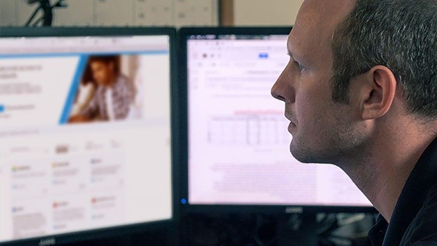 Hombre trabajando en una computadora de escritorio