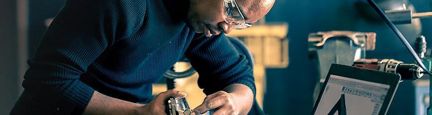 Hombre trabajando con software en taller