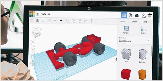 Tinkercad で 3D モデルに取り組む学生