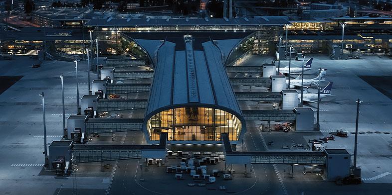 게이트에 여러 비행기가 주기된 국제 공항의 스카이라인 뷰.