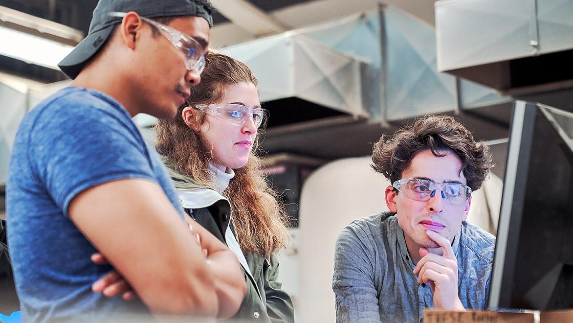 Studenten aan het hoger onderwijs in een campusworkshop.