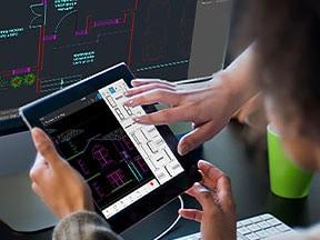 Due uomini condividono un tablet e utilizzano gli strumenti di disegno essenziali dell'app AutoCAD per dispositivi mobili