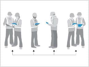 Diverse persone condividono un tablet e apportano modifiche al disegno utilizzando l'app AutoCAD per dispositivi mobili
