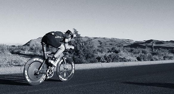 Chris Thornham 骑着一辆装有 Flo Cycling 轮子的自行车