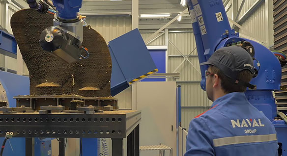 Un robot industriel fabrique des pièces de grande taille pour le secteur maritime à l'aide de la fabrication additive