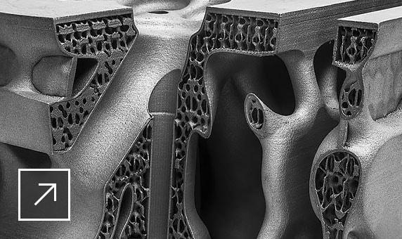 3D-Modell eines Maschinenteils, das so geschnitten wurde, dass eine innenliegende Gitterstruktur sichtbar wird