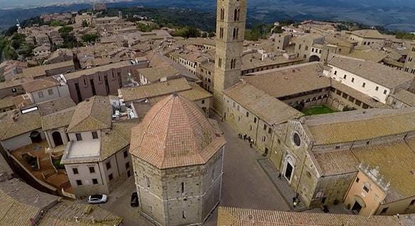 Drohnenaufnahmen von Volterra (Italien)