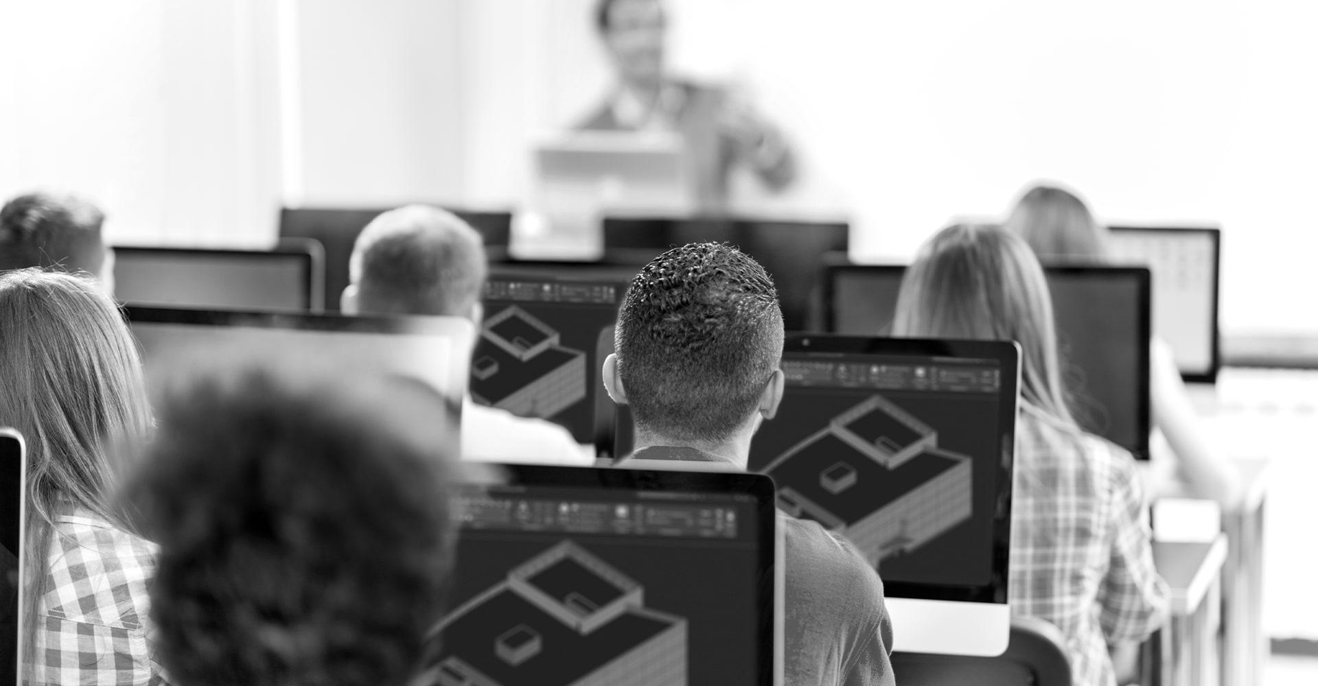 Studenten befassen sich in einem Klassenzimmer mit AutoCAD