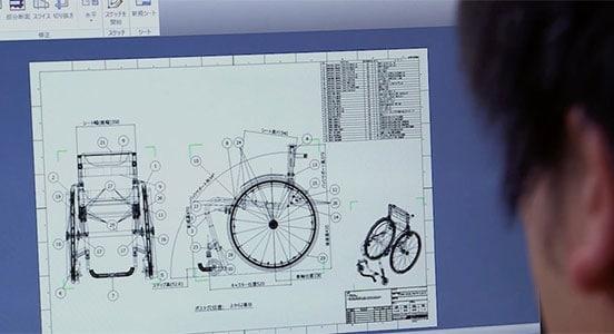 Ein Konstrukteur bei Matsunaga Manufactory bei der Arbeit an einer 2D-Zeichnung