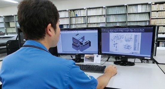 Produktdesigner bei der Arbeit mit AutoCAD und Inventor
