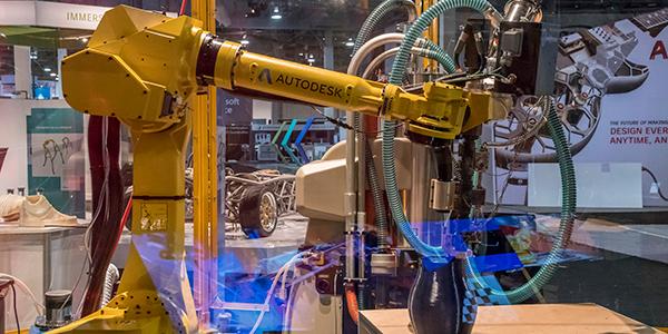 CAD/CAMのデータを工業機械が実際に作業に移しているイメージ