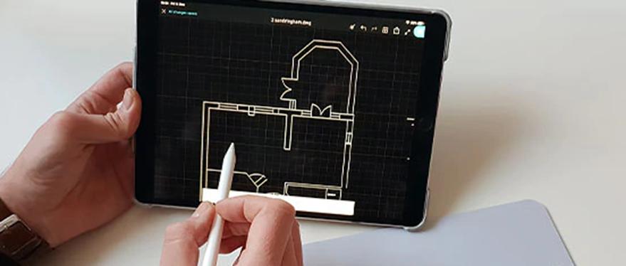 planta baixa no software autocad lt mostrada no tablet