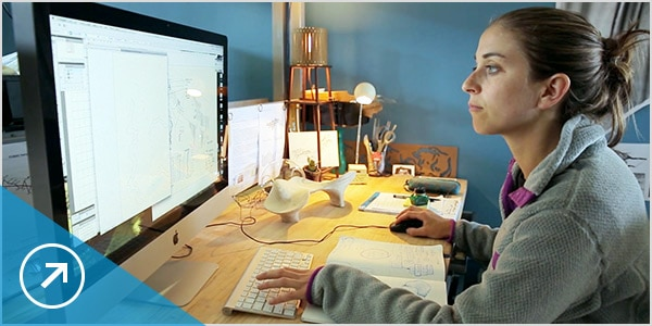 Una diseñadora trabaja con el software en la nube Fusion 360