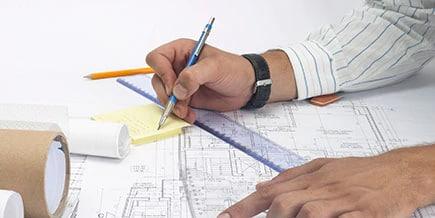 Vue rapprochée d'un architecte travaillant sur des plans.