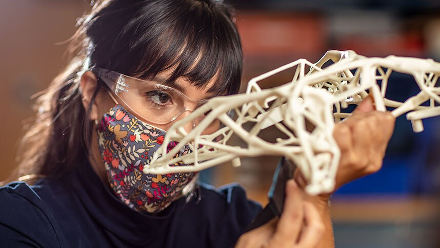 一名女子在 Autodesk 旧金山技术中心使用衍生式设计零件。