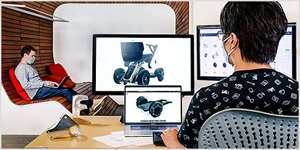 两个人在 Autodesk 旧金山技术中心的计算机上使用 Fusion 360。