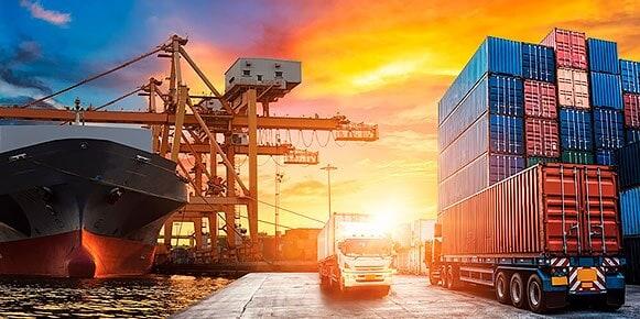 一艘大型油轮停靠在港口,正在装载板条箱以便运输。