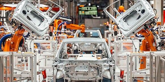 在工厂车间通过机器自动化制造的车辆。