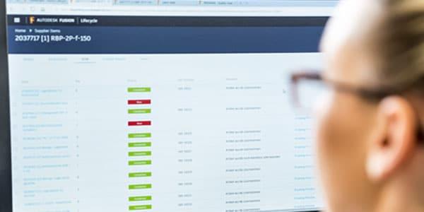 Donna che utilizza il software di collaborazione su un computer
