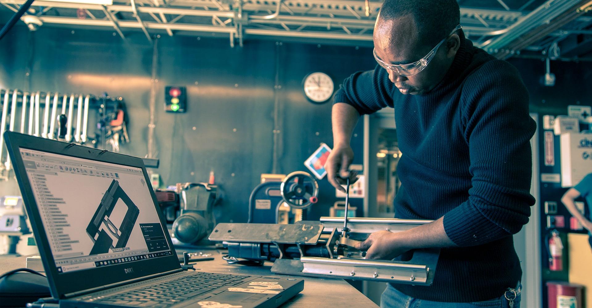 Trabajador con acceso a una amplia variedad de herramientas